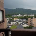 窓からはリビングの出窓と油山が望めます☆(周辺)